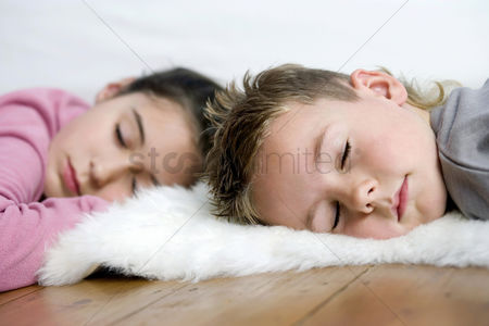 Girl : Children sleeping on the floor