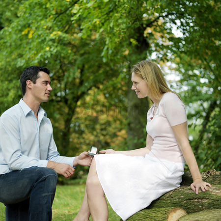 Park Outdoor : Man proposing to his girlfriend