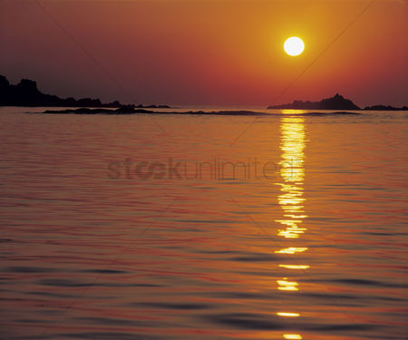 Water : Sun reflecting on water at sunset