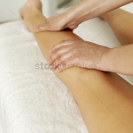 Spa : Woman enjoying a leg massage