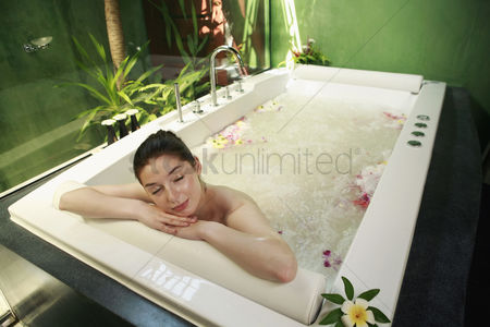 Spa : Woman relaxing in bathtub