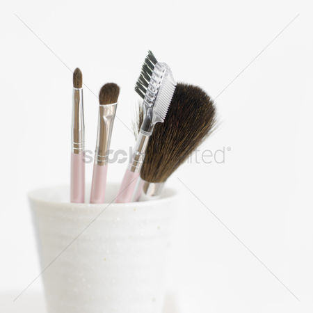 Sets : A set of cosmetic applicators in a cup