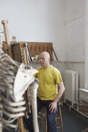 Paint brush : Artist drawing skeleton in studio