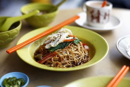 Food  beverage : Asian noodles with hot tea