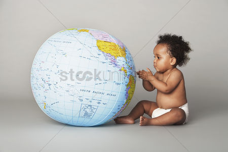 Children : Baby looking at globe
