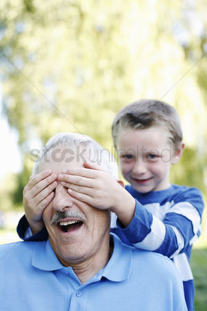 Wondering : Boy covering his grandfather s eyes