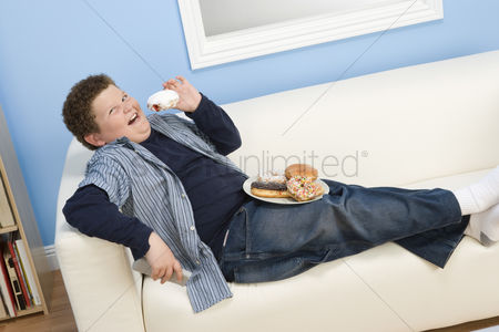 Sets : Boy eating donuts