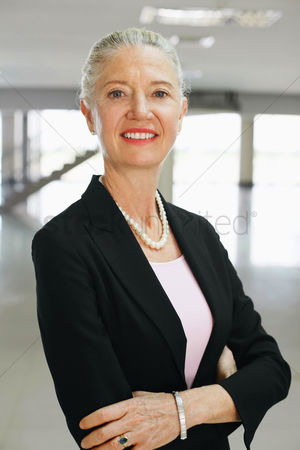 Business suit : Businesswoman smiling with arms crossed