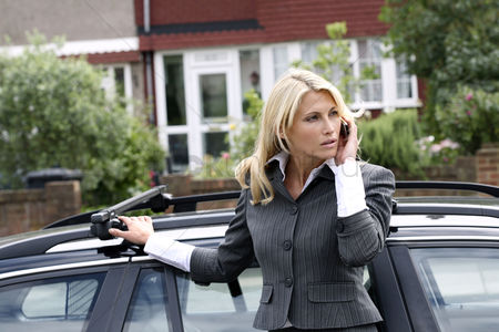 Car : Businesswoman talking on the mobile phone