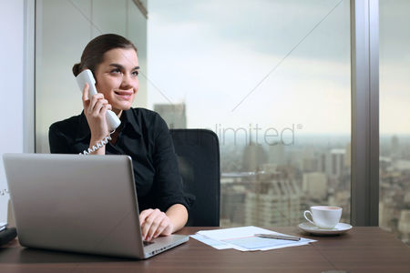 Accessibility : Businesswoman talking on the phone