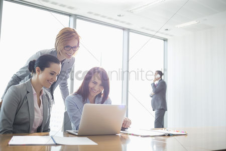 Businesswomen : Businesswomen using laptop in office