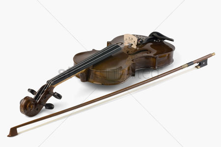 Arts : Close-up of a violin with a bow