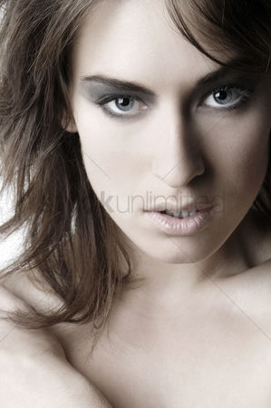 Attraction : Close-up of a woman s face with makeup