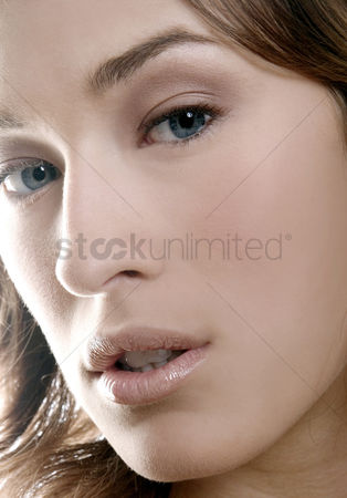 Attraction : Close-up of a woman s face