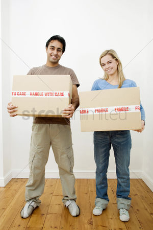 Strong : Couple carrying boxes