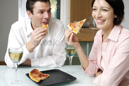 Lover : Couple eating pizza together