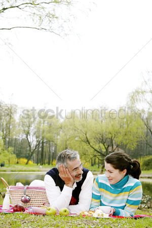 Having fun : Couple picnicking in the park