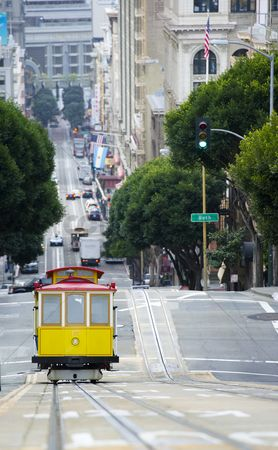 Attraction : Elevated view of tram on uphill ascent san francisco