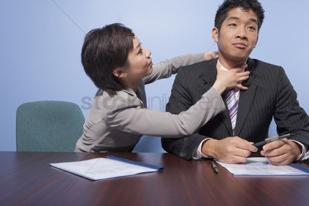 Fight : Fighting businesspeople in office