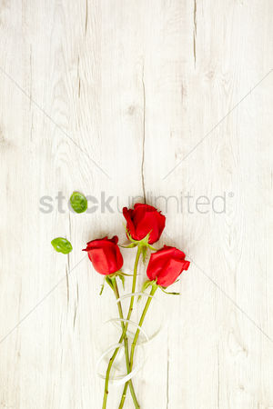 Blossom : Flatlay of wooden background and roses