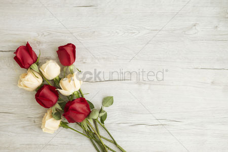 Floral : Flatlay of wooden background with roses