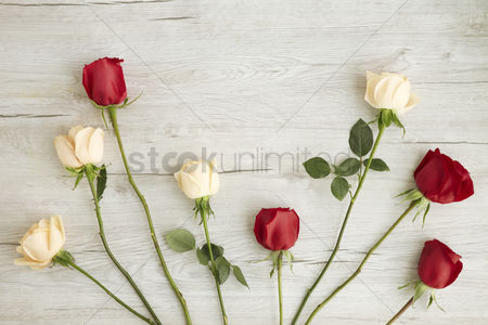 Flat : Flatlay of wooden background with roses