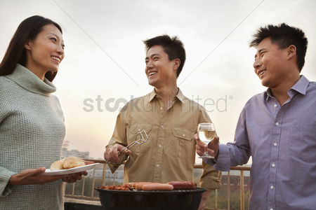 Hot dog : Friends drinking over a barbecue
