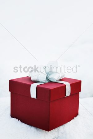 Color image : Gift box in snow