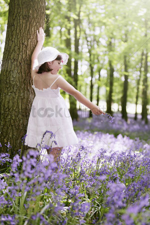 Spring : Girl with wildflower