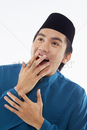 Baju melayu : Man in traditional clothing looking surprised
