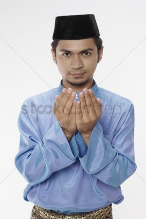 Baju melayu : Man in traditional clothing praying
