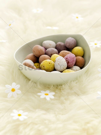 Easter : Mini eggs and fake daisies
