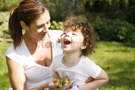 Green grapes : Mother and daughter picnicking in the park