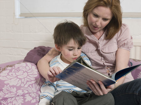 Offspring : Mother reading to son