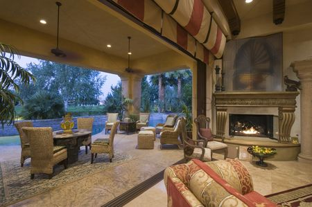 Us : Open plan palm springs sitting room with lit fire