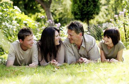 Outdoor : Parents and children lying forward on the grass