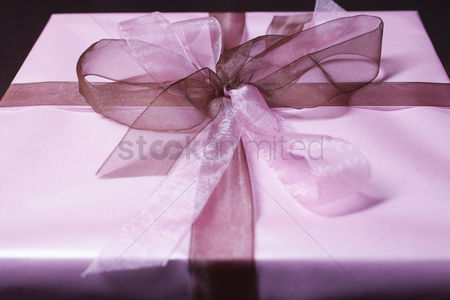 Pink : Present with ribbon close-up