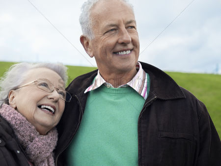 Appearance : Senior couple embracing outdoors