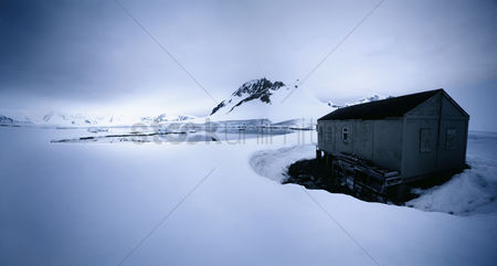 Land : Shack in winter landscape