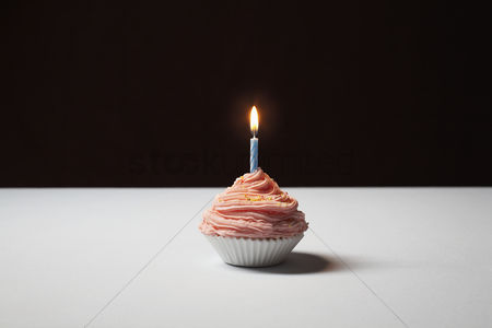 Ready to eat : Single cupcake with birthday candle