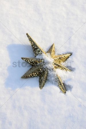 Cold temperature : Star shaped tree topper in snow