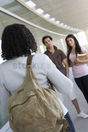 Pupil : Students in hallway at school