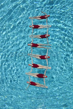 Swimmer : Synchronised swimmers form a ladder