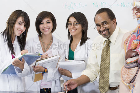 High school : Teacher and students in science lab