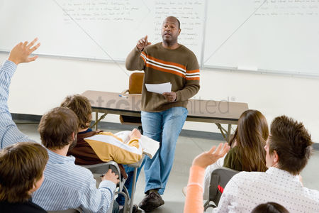 High school : Teacher with students in classroom