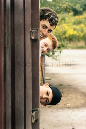 Lively : Three boys peeking from behind the door