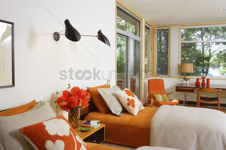 Decor : Twin beds with contrasting printed fabric cushions