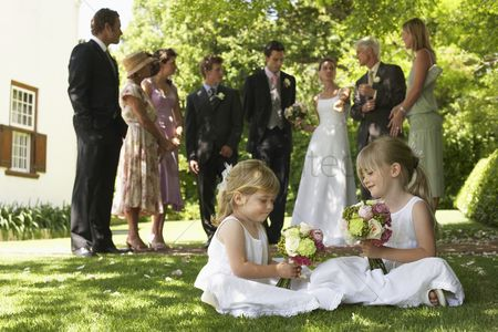 Appearance : Wedding party in garden