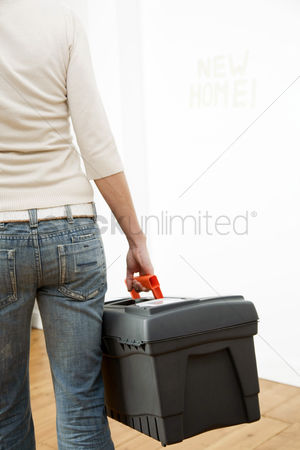 Fixing : Woman carrying a toolbox