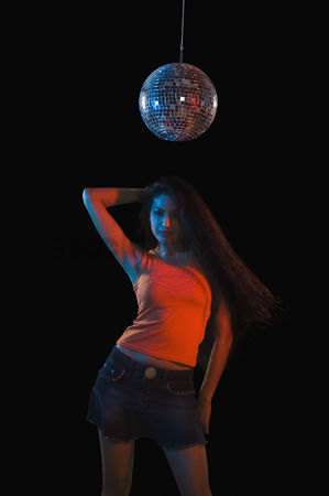 Dance : Woman dancing in a nightclub